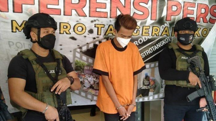 Polisi menunjukkan tersangka kasus pencabulan disertai penganiayaan kepada remaja di bawah umur, di Mapolres Metro Tangerang Kota, Kamis (20/5/2021).