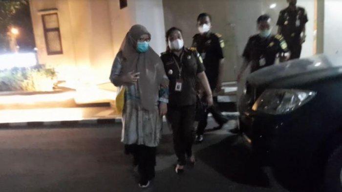 LS, tersangka korupsi pengadaan masker yang merupakan pegawai PPK di Dinkes Provinsi Banten.