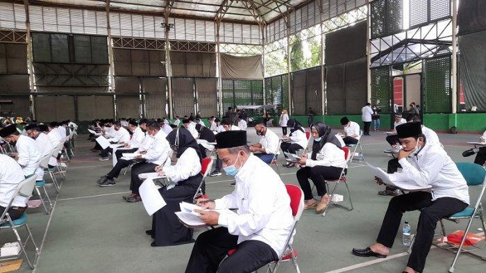 Sejumlah bakal calon kepala desa mengikuti tes tertulis sebagai salah satu tes pemilihan kepala desa di Kabupaten Serang 2021.