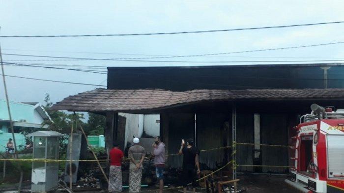 Tiga ruko di Kampung Lebak Baru, Desa Renged, Kresek, Kabupaten Tangerang, hangus terbakar dilahap si jago merah pada Selasa (29/12/2020) pukul 03.10 dini hari. Ibu (K) dan anak tewas (A) dalam kebakaran itu. Sementara, sang ayah selamat namun ditemukan dalam keadaan kritis.