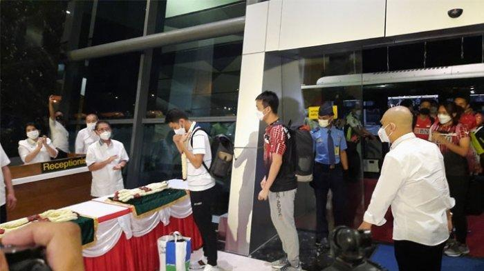 Tim Bulu Tangkis Indonesia Tiba di Tanah Air, Disambut Bak Juara All England dan Dapat Untaian Bunga