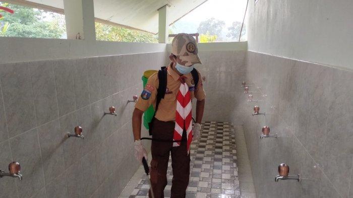 Pramuka Banten Semprotkan Disinfektan di Pesantren-pesantren, Upaya Cegah Penularan Covid-19