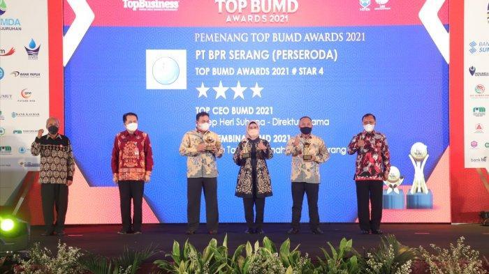 Bupati Serang, Ratu Tatu Chasanah menerima penghargaan Top BUMD Awards 2021