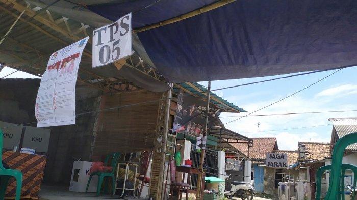 Banjir, Warga Pindahkan TPS 05 Tambak Kidul Serang dari Gedung Pondok Pesantren ke Teras Rumah