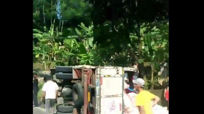 Kelebihan Muatan, Truk Pengangkut Bansos Beras untuk Warga Pandeglang Terperosok di Jalan