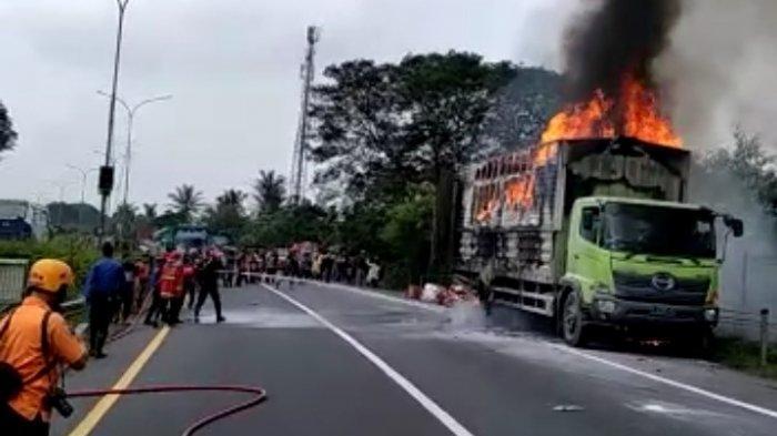 Video Truk Logistik Terbakar di Tol Tangerang-Merak, Api Membesar Setelah Kendaraan Menepi