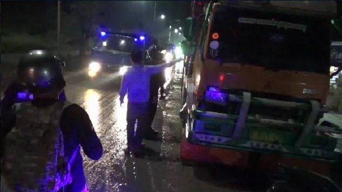 Bikin Jalan Becek dan Berkerumun di Warkop, Tujuh Supir Truk Diamankan ke Kantor Dishub Cilegon