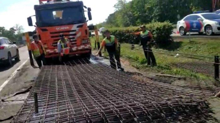 Truk Pecah Ban Belakang di Tol Tangerang-Merak, Besi-besi Muatannya Tumpah ke Jalan