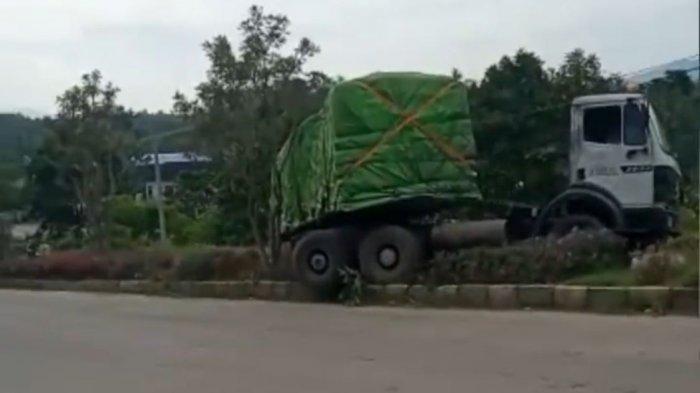 Tak Kuat Nanjak, Truk Bermuatan Pupuk Mundur lalu Tabrak Pembatas Jalan di Cilegon