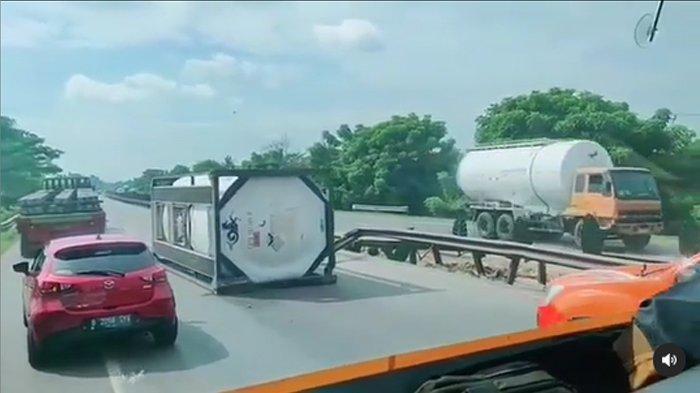 BREAKING NEWS - Truk Terguling di Tol Tangerang-Merak KM 75 Arah Jakarta Pagi Ini