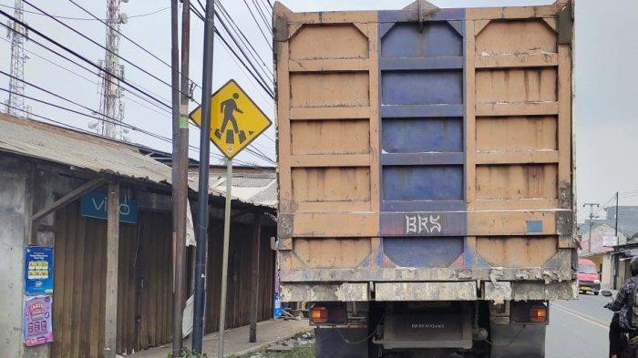 Diduga Gagal Menyalip Truk di Depan Pasar Tambak, Pengendara Sepeda Motor Terjatuh dan Terlindas