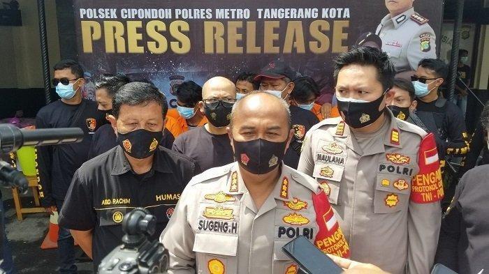 Kapolres Metro Tangerang Kota, Kombes Pol Sugeng Hariyanto saat melakukan ungkap kasus soal kejahatan disertai penganiayaan menggunakan senjata tajam di Kota Tangerang, Jumat (27/11/2020).