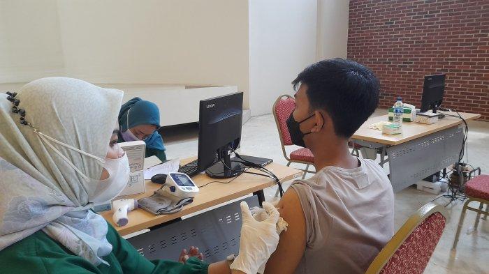 Universitas Serang Raya (Unsera) menggelar vaksinasi Covid-19 yang diprioritaskan bagi sivitas akademik serta mahasiswa, Kamis (2/8/2021).