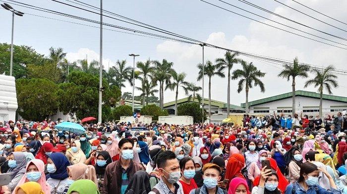 Puluhan ribu buruh PT Nikomas Gemilang meninggalkan pabrik tempat bekerja untuk menggelar aksi mogok nasional di Kawasan Industri Nikomas Gemilang, Serang, Bante, Selasa (6/10/2020). Unjuk rasa digelar sebagai bentuk penolakan Undang-undang Cipta Kerja yang disahkan DPR RI.