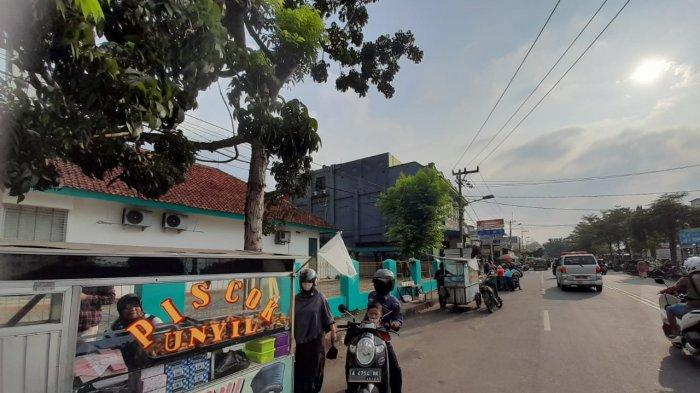 Cerita PKL di Lebak Terdampak PPKM: Makan Sepiring Berdua hingga Kibarkan Bendera Putih di Gerobak