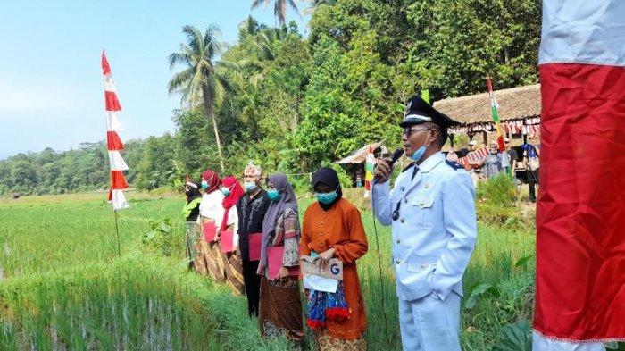 Warga Kecamatan Gunungsari, Kabupaten Serang gelar upacara di sawah peringati HUT ke-76 RI, Selasa (17/8/2021)