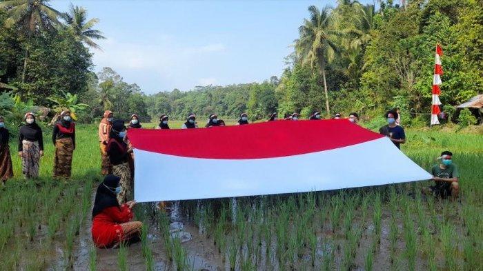 Peringati HUT ke-76 RI, Masyarakat Kecamatan Gunungsari Serang Gelar Upacara di Sawah
