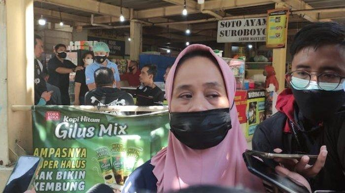 Upik Hartati (44) Ibunda dari Rezkil Khairil (23) satu dari 41 napi yang meninggal dunia akibat Lapas Klas I Tangerang kebakaran, saat mendatangi Posko Antemortem, RS Polri, Kramat Jati, Jakarta Timur, Kamis (9/9/2021).