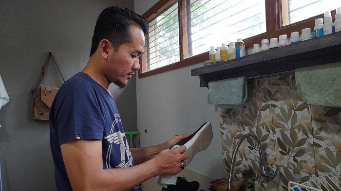 Aditya Ramadan, pemilik usaha jasa cuci sepatu
