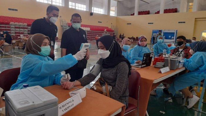 Suasana vaksinasi yang digelar Bank Indonesia Provinsi Banten di kampus Untirta di Jalan Tirtayasa Sindangsari, Serang, Selasa (3/8/2021).