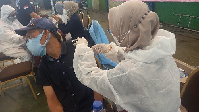 Sejumlah sopir truk mengikuti vaksinasi Covid-19 yang digelar Asosiasi Pengusaha Truk Indonesia (Aptrindo) Banten, di Krakatau Sport Center, Jalan KH Yasin Beji, Kelurahan Kebondalem, Kecamatan Purwakarta, Kota Cilegon, Banten, Selasa (3/8/2021).