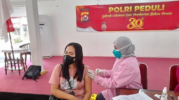 Warga mengikuti vaksinasi Covid-19 yang diselenggarakan alumni Akpol 1991 Polda Banten di Pendopo Bupati Lebak, Rangkasbitung, Kabupaten Lebak, Banten, Rabu (28/7/2021).