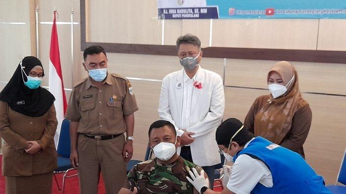 Sejumlah dokter menyuntikkan vaksin Covid-19 di gedung Pendopo Kabupaten Pandeglang, Senin (25/1/2021).