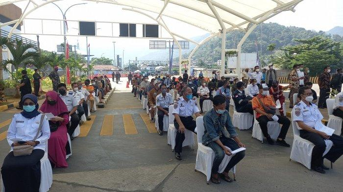 Antrean Masyarakat Terbagi 2, Serbuan Vaksinasi di Pelabuhan Merak Dibuka Menhub dan Kepala Staf AL