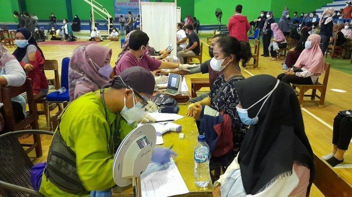 Ratusan Peserta Vaksinasi Massal Padati GOR Stadion Maulana Yusuf Ciceri Kota Serang