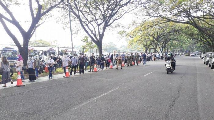 Antrean Vaksinasi Covid-19 Mengular Capai 200 Meter di Sport Center Alam Sutera Tangsel