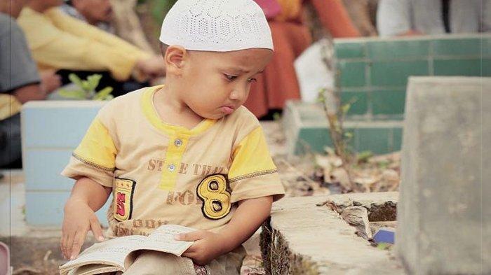 Viral Foto Bocah di Makam Sambil Bersedih, Fotografer Ungkap Fakta Sebenarnya: Ingusnya Mau Jatuh