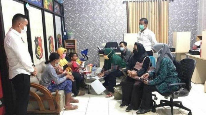 Viral Seorang Ibu Asal Kota Serang Siksa Anaknya Pakai Ember, Diduga Emosi Suami Jarang Pulang