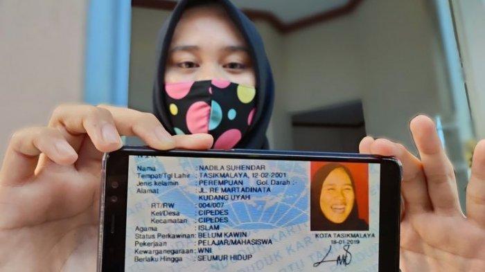 Nadila Suhendar (19), pemilik KTP berfoto tertawa akhirnya memiliki KTP baru dengan foto serius saat ditemui di rumahnya Jalan RE Martadinata, Kota Tasikmalaya, Selasa (15/12/2020).