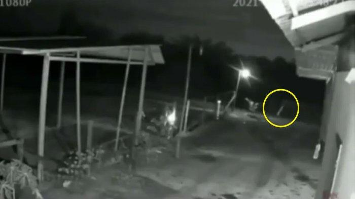 Viral Video Penampakan 'Makhluk Putih' Tertangkap Kamera CCTV, Netizen Berdebat Soal Celana