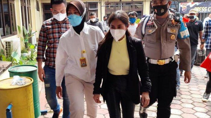 Wanita bernama Tuti Rohmawati yang viral karena maki-maki petugas Pos Penyekatan Ciwadan, Cilegon karena diputar balik