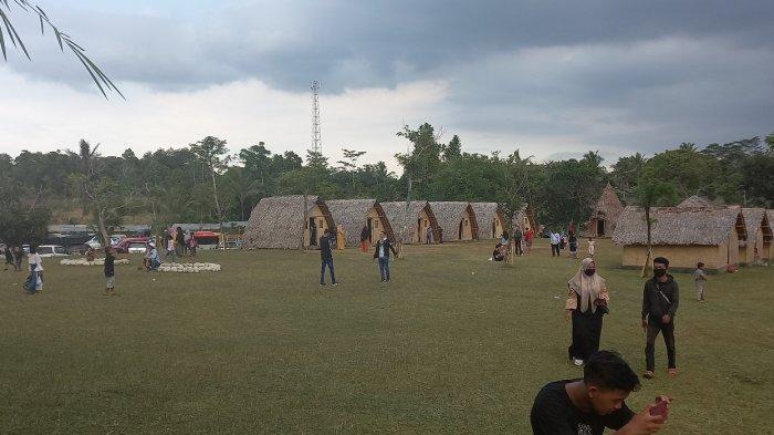 Pengunjung menikmati wahana di Taman Wisata Mahoni Bangun Sentosa (MBS), Kota Serang, Minggu (27/12/2020).