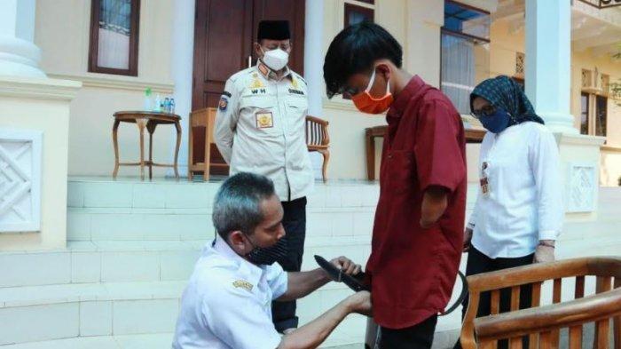 Gubernur Banten Berikan Kaki Palsu Untuk Penyandang Disabilitas