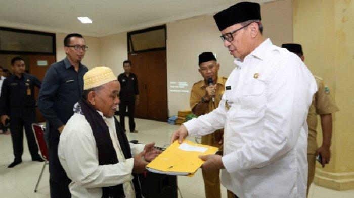 Gubernur Banten Wahidin Halim secara simbolis menyalurkan dana hibah terhadap 130 pondok pesantren dari Pemprov Banten di Aula Masjid Raya AlBantani KP3B, Curug, Kota Serang, Selasa (18/2/2020).