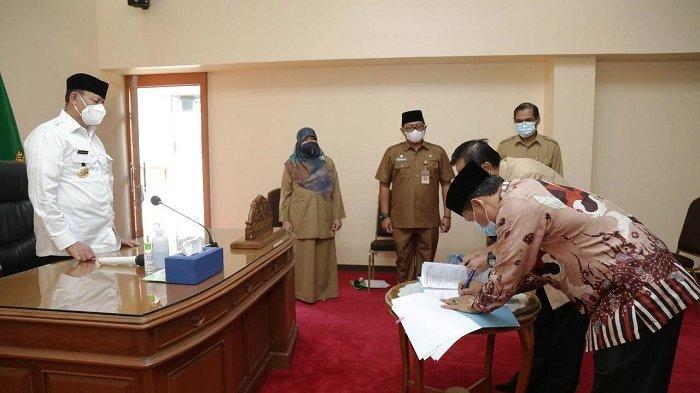 Gubernur Banten Wahidin Halimmenyaksikan Penandatanganan Naskah Perjanjian Hibah Daerah di Rumah DInas Gubernur Banten, Kota Serang, Selasa (27/4/2021).
