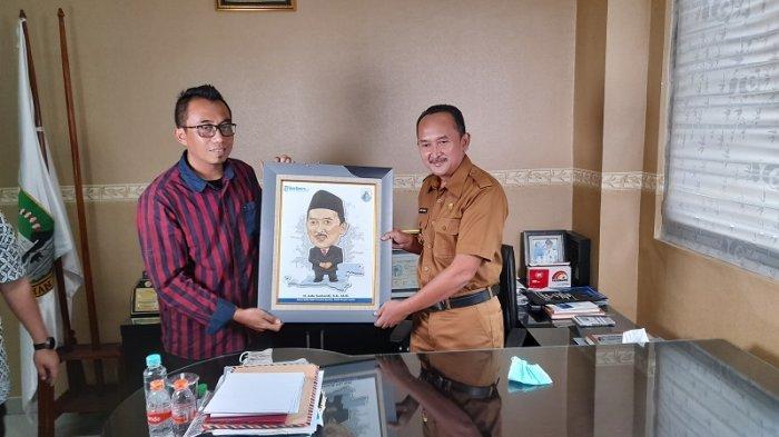 Wakil Bupati Lebak, Ade Sumardi, menyambut kedatangan rekan-rekan media dari Tribunbanten.com di ruang kerja kantor Bupati Lebak pada Senin (9/11/2020).
