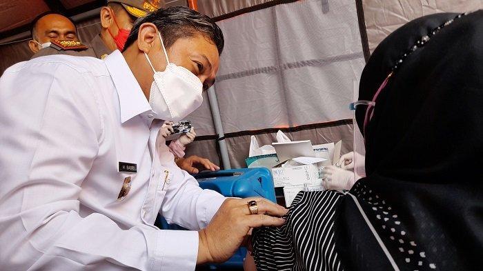 Wakil Wali Kota Serang Subadri Usuluddin mengusap kapas ke lengan warga yang baru mendapat suntikan vaksinasi Covid-19 di Terminal Cipocok, Kota Serang, Selasa (29/6/2021).