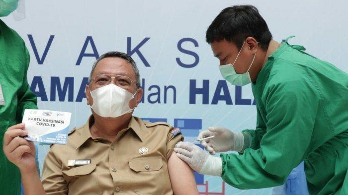 Wakil Wali Kota Tangerang Selatan (Tangsel) Benyamin Davnie suntik vaksin Covid-19 di Plaza Rakyat, Puspemkot Tangsel, Selasa (2/3/2021).