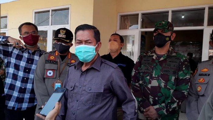 Wali Kota Serang didampingi camat Serang, Lurah Serang, dan Danramil 0602-01/Kota Serang Kapten Inf Jakson Beay di kantor Kelurahan Serang, Kota Serang, Minggu (18/7/2021).