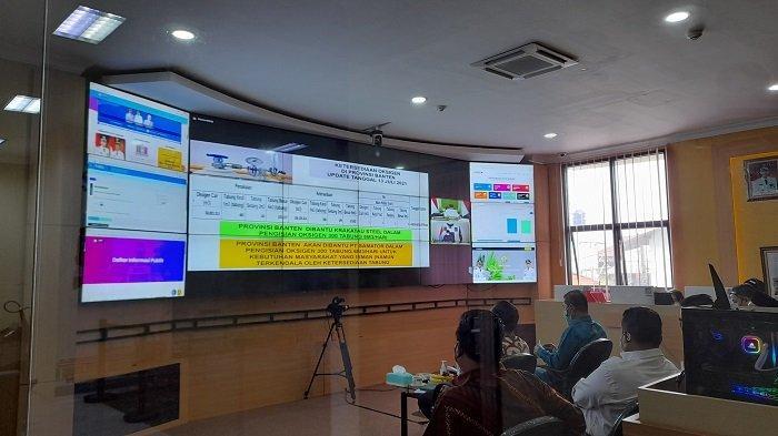 Wali Kota Serang Syafrudin dan pejabat Dinas Kesehatan Kota Serang mengikuti rapat koordinasi penanganan Covid-19 dengan pemerintah pusat dipimpin Wakil Presiden RI Maruf Amin melalui zooming meeting di kantor Diskominfo Kota Serang, Rabu (14/7/2021).