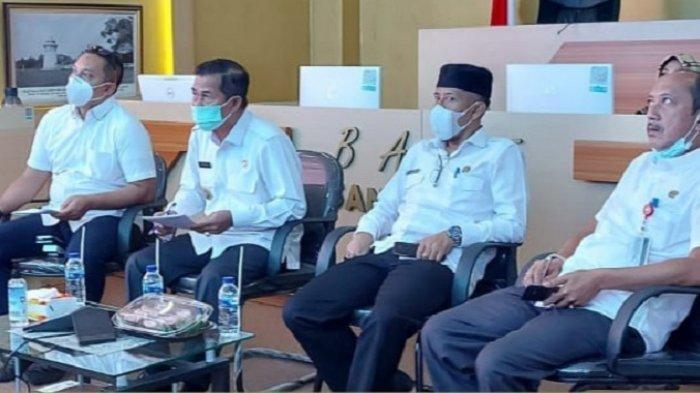 Wali Kota Serang Syafrudin (kiri kedua) dan pejabat Forkopimda mengikuti rapat koordinasi bersama Pemerintah Provinsi Banten tentang penanganan Covid-19 sebelum dan pasca-Lebaran, melalui Zoom Meeting di Kantor Diskominfo Kota Serang, Rabu (19/5/2021).