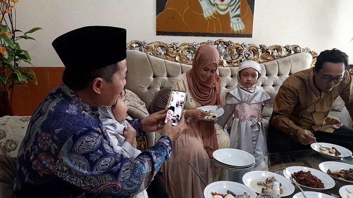 Dilarang Mudik Saat Lebaran, Wali Kota Serang Pun Silaturahmi ke Keluarga Melalui Video Call