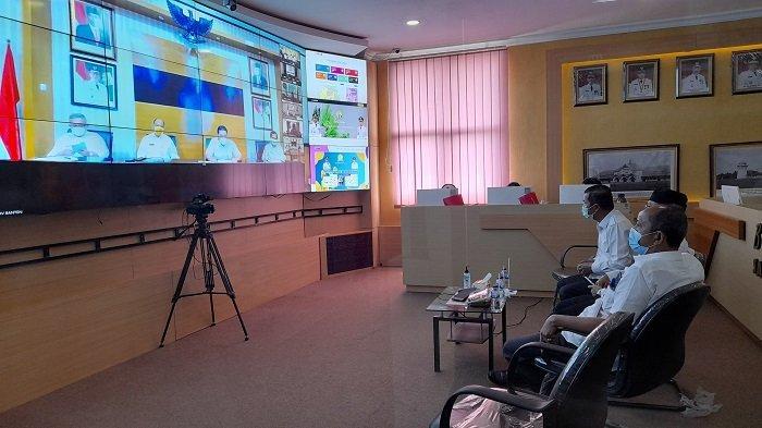 Wali Kota Serang Syafrudin dan pejabat Forkopimda Kota Serang mengikuti rapat koordinasi dengan Pemprov Banten tentang penanganan Covid-19 sebelum dan setelah Lebaran, melalui video teleconference di kantor Diskominfo Kota Serang, Rabu (19/5/2021).