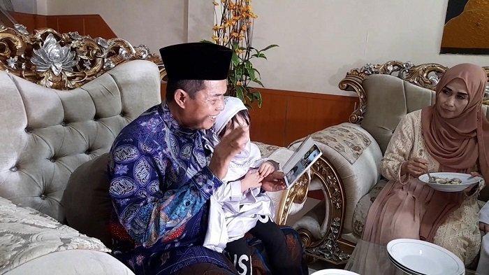 Wali Kota Serang Syafrudin didampingi istri, Ade Jumaiyah Syafrudin, melakukan video call dengan keluarga besar dari tempat tinggalnya di Jalan Bhayangkara nomor 66, Cipocok Jaya, Kota Serang, Banten, pada hari raya Idul Fitri 1442 H, Kamis (13/5/2021).