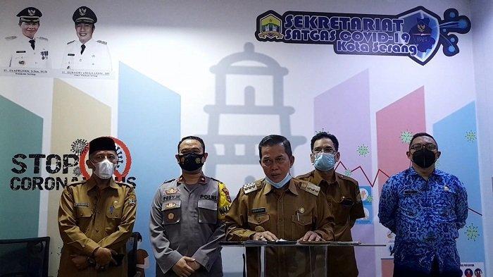 Wali Kota Serang Syafrudin didampingi unsur Forkopimda memberikan keterangan pers di kantor Diskominfo Kota Serang, Senin (17/5/2021),usai mengikuti rapat koordinasi pengendalian Covid-19 antara kepala daerah se-Indonesia dan Presiden Joko Widodo melalui video conference.