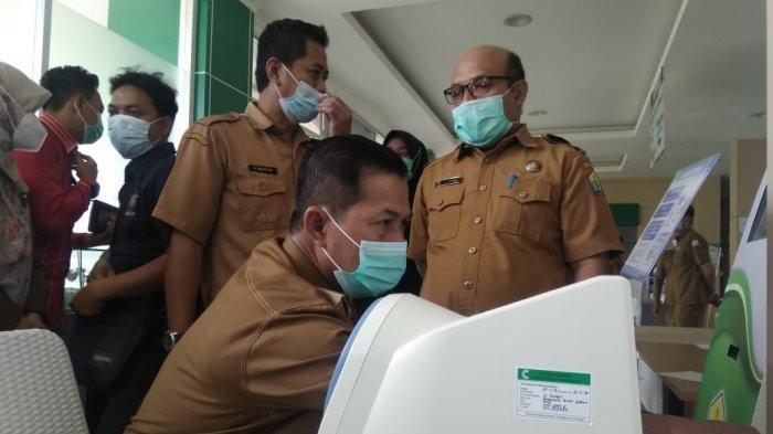 Wali Kota Serang Syafrudin dilakukan pemeriksaan medis sebelum mengikuti vaksinasi Covid-19 di RSUD Kota Serang, Selasa (9/2/2021). Namun, untuk ketiga kali dia gagal disuntik vaksin Cocid-19 karena kadar gula darahnya tinggi.